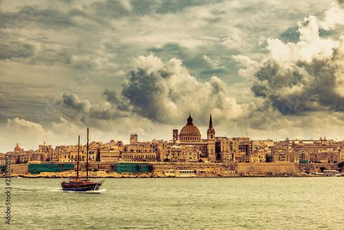Segelboot mit Panorama Valletta Skyline Malta