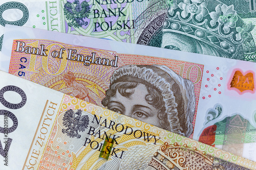 Fotografía  Close-up macro photography of british pound and polish zloty