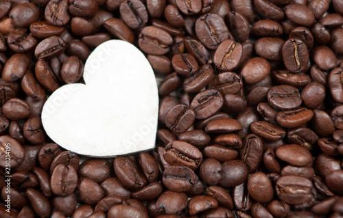 Photo coeur blanc et graines de café torréfiées