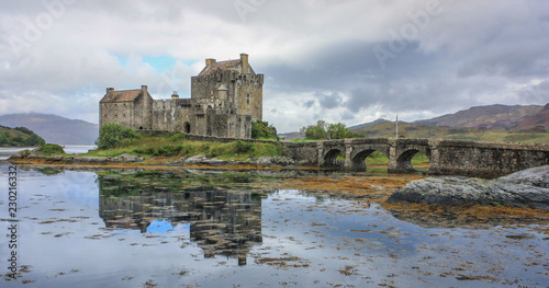 Foto op Plexiglas Historisch geb. Reflections of a Scottish castle in the water.