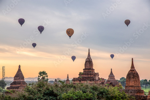 Платно Pagoda and Balloon in Bagan, Myanmar