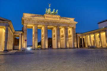 Fototapeta The famous illuminated Brandenburger Tor in Berlin at dawn