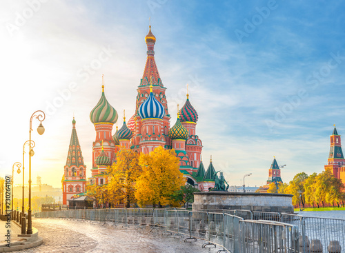 Foto op Aluminium Moskou Beautiful view of St. Basil's Cathedral on the Red Square in Moscow on a bright autumn morning. The most beautiful sights of Russia.