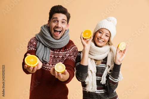 Fotografia Portrait of a happy young couple dressed in sweaters