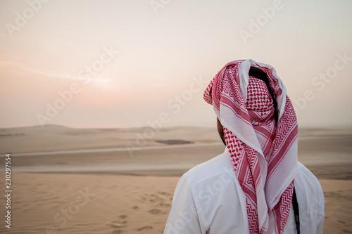Photo Arab man in the desert is meeting sunrise