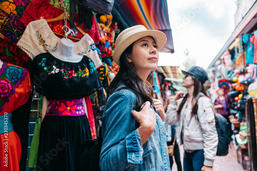 obraz PCV traveler shopping in the traditional market