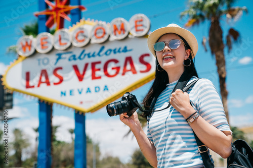 Photo sur Aluminium Las Vegas female photographer joyfully carrying camera