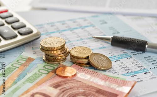 Fototapeta Scheine und Münzen mit Dokumenten obraz