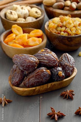 Foto op Canvas Kruiderij datteri e frutta secca su sfondo grigio