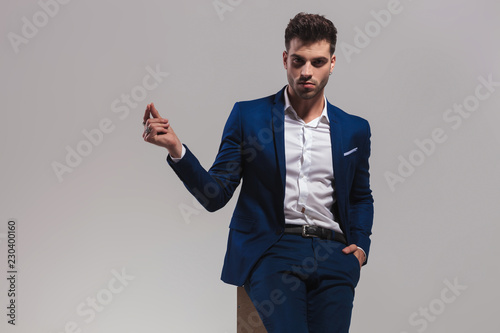man holding hand in pocket and  snapping fingers Fototapete