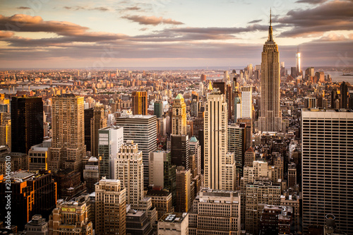 Poster Lieux connus d Amérique Beautiful sunset over skyline of New York City Midtown Manhattan