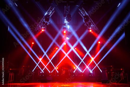 Plakat Darmowa scena ze światłami, urządzeniami oświetleniowymi.