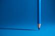 Blauer Buntstift und blauer Hintergrund