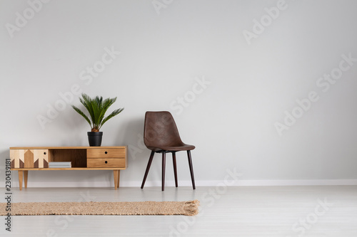 Fotografía  Natural linen rug on the floor of spacious bright living room interior with leat
