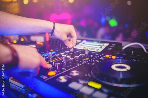 Photographie Console di un DJ che suona in un locale notturno