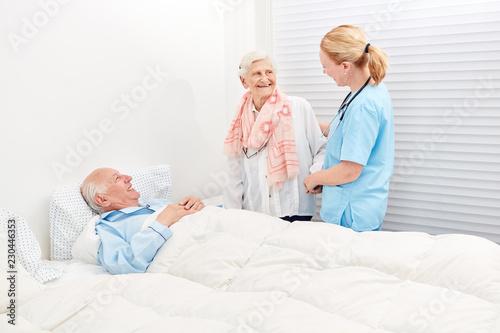 Fotografie, Obraz  Alte Frau macht Besuch im Krankenhaus