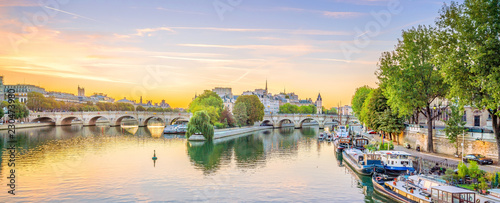 Poster Centraal Europa Sunrise view of old town skyline in Paris
