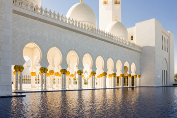 Fototapeta A pool of water near Shaikh Zayed bin Sultan al Nahyan Grand Mosque Abu Dhabi