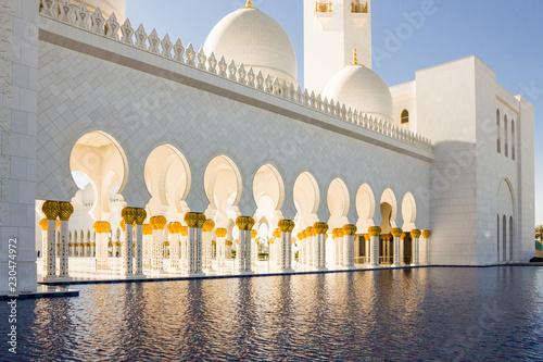 Papiers peints Con. ancienne A pool of water near Shaikh Zayed bin Sultan al Nahyan Grand Mosque Abu Dhabi