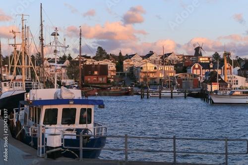 Foto op Plexiglas Poort romantischer Abendhimmel am schönen Hafen von Laboe