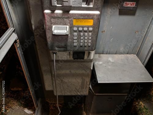 Fotografie, Obraz  Öffentliche Telefonzelle, zerstört