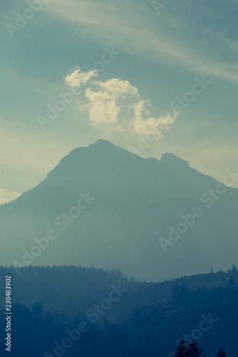 Printed kitchen splashbacks Light blue aufgereihte bewaldete Berghänge versunken im Dunst