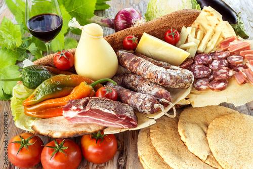 Assortimento di salumi, formaggi e altri prodotti italiani, Italian foods