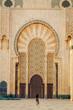 canvas print picture - Femme en voyage au Maroc touriste voyageuse mosquée