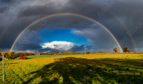 Photo A stunning rainbow against dark clouds over rural fields in Suffolk, UK