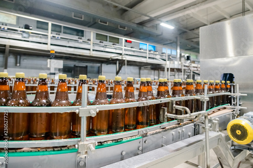 Foto op Aluminium Bier / Cider beer bottling conveyor belt in brewing factory