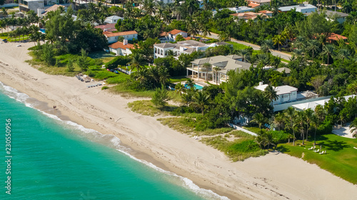 Photo Luxury beachfront mansions in South Florida