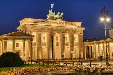Fototapeta The beautifully illuminated Brandenburg Gate in Berlin at dawn