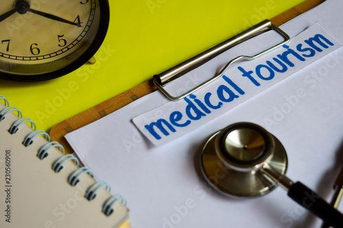 Photo  Medical tourism on healthcare concept inspiration on yellow background