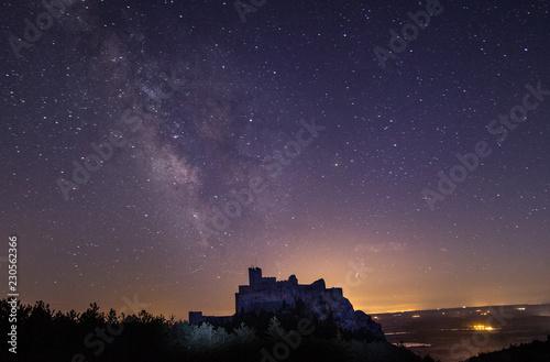 Fotografija  castillo en la montaña
