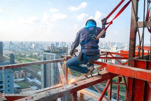 Photo Construction worker wear standard personal protective equipment dismantle steel