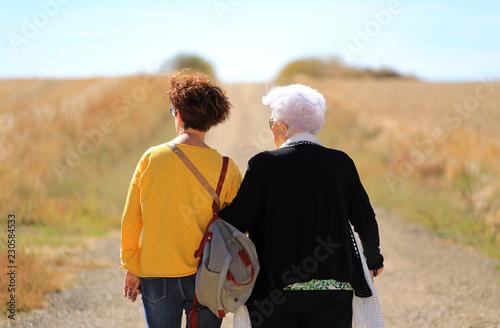 persona mayor con cuidadora en el camino 4M0A5723-f18 Wallpaper Mural