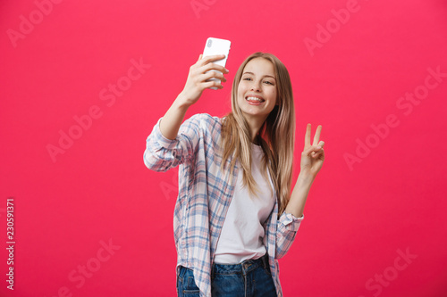 Fotografía Charming young woman in white hat travel and take selfie on front camera smartph