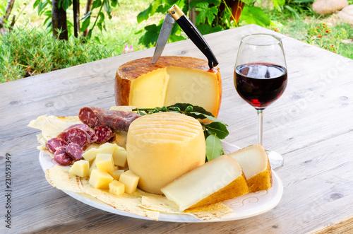 Papiers peints Assortiment Vassoio di pecorino, pane carasau, vino cannonau e salame, cibo dalla Sardegna
