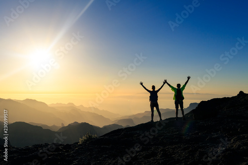Платно Couple hikers success and trust concept in mountains