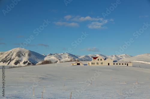 Fotografering  kleiner Hof in verschneiter Landschaft