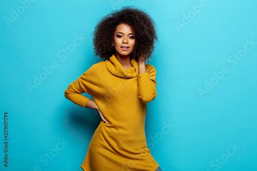 Fotografía  Beautiful african american woman wear cardigan looking at camera
