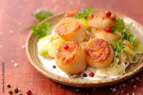 Fotografiet fried scallop with sauce