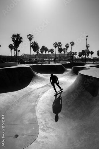 Valokuvatapetti Venice beach skate park with skater silhouette, black and white photo