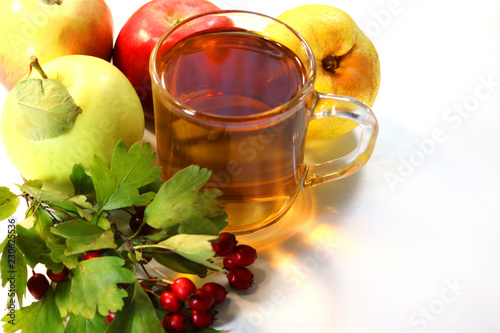 Fotografía  apple juice and ripe apples on a white background.