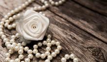 Rose Blanche Et Guirlande De Perle