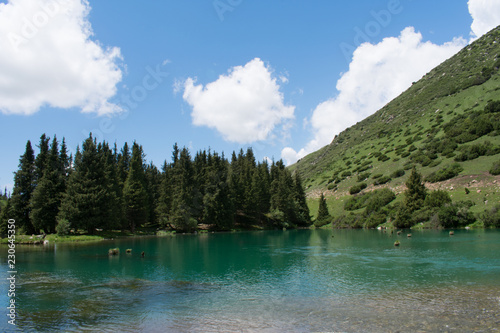 Photo Stands lake in mountains