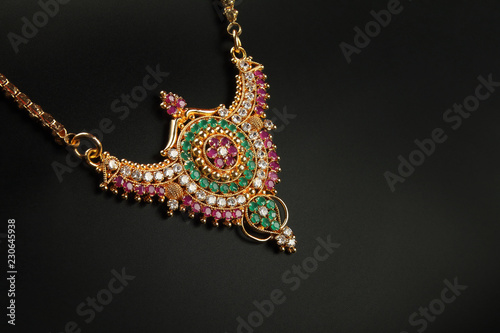 Foto  Indian Traditional Gold Necklace with Gemstones