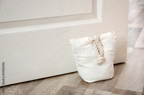 Photo  Stuffed bag holding wooden door at home