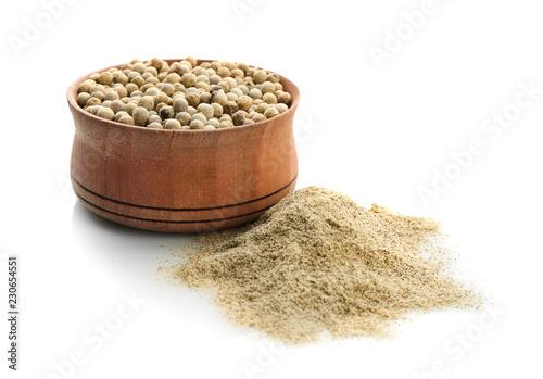 Keuken foto achterwand Aromatische Wooden bowl with pepper grains and powder on white background