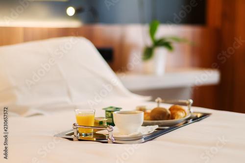 Plateau de petit-déjeuner contenant du café, jus d'orange, croissant et yaourt p Canvas Print